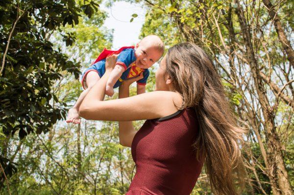 Moeder met kind in supermanpak