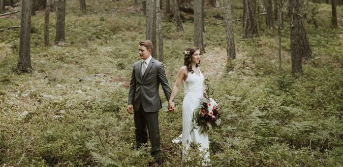 Huwelijkskoppel in bos