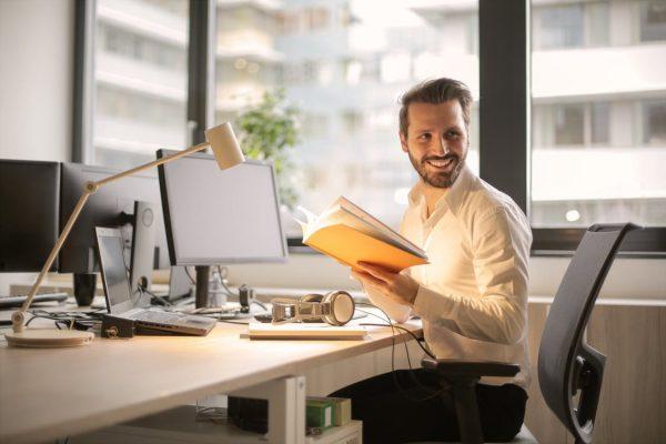Aantrekkelijke office manager